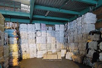 倉庫に積み上げられた古布梱包